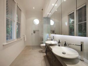 Rifare il bagno costi come riuscire a risparmiare - Arredare bagno lungo e stretto ...